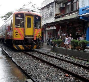 train-passing-through-Shifen