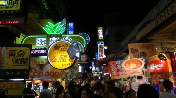 the crowds of people at Taichung night market