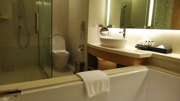 Amari Watergate Bathroom Suite
